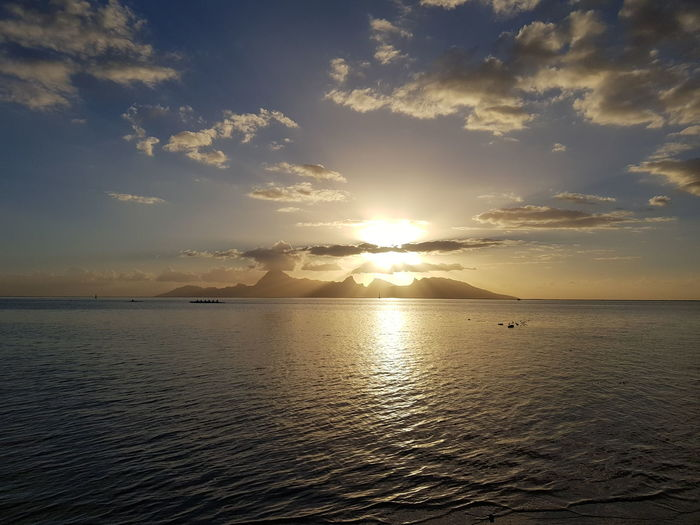 Sunset Sea Sun Landscape Tranquility Nature Cloud - Sky No People Beauty In Nature Reflection Tranquil Scene Idyllic Sunlight Tahiti Ilsland Vacations French Polynesia Travel Destinations Beauty In Nature Tropical Climate Tourism Tranquility Mountain Mer Coucher De Soleil