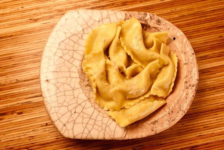 ベルガモのricetta poveraをご紹介 alta Valle Serianaからscarpinòcc(スカルピノッチ) 一説によると羊飼いの方言ではOrecchi(オレッキ)と呼んだりする事もあるようです 独特の形は、このエリアの、手作りの布の靴を漠然と表現した形とも言われています 8月にはscarpinòccのお祭りがある程、現地では愛されているパスタ スカルピノッチは聞いていて楽しくなるような発音で、イタリア語が音楽的な言葉だという事を感じさせてくれる名前です #scarpinòcc #スカルピノッチ #parre #inValleSerian #Lombardia #Orecchi #音楽的な言葉 #ricettapoveraをご紹介 #三軒茶屋 #イタリアン #レストラン #ペペロッソ #ランチ #贅沢ランチ #パスタランチ #昼飲み #ディナー #パスタ #手打ちパスタ #クラフトビール #ビール #ワイン #イタリアワイン #片瀬和宏 #飯テロ #梅雨 #夏至 #世田谷パーク #一眼レフ http://www.peperosso.co.jp/ Pasta Food Food And Drink Freshness Wood - Material High Angle View Table Still Life Close-up Unhealthy Eating No People Indoors  Directly Above Sweet Food Ready-to-eat Baked Indulgence Shape Snack Pasta Italian Food