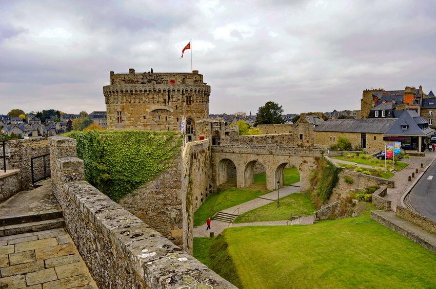 Le château de Dinan (Côtes-d'Armor) est un monument historique se situant au sud de la ville. C'est un ensemble composite, constitué à la fin du xvie siècle par le duc de Mercœur à partir de trois éléments initialement distincts : le Donjon ducal construit dans la décennie 1380 , la porte du Guichet (XIIIème siècle)et la tour Coëtquen édifiée à la fin du XVème siècle. L'ensemble fait partie de l'enceinte urbaine de Dinan, autrefois la troisième plus importante de Bretagne après celles de Nantes et de Rennes. Depuis le 12 juillet 1886, le Château de Dinan est classé au titre des monuments historiques1 Bretagne France Côtes D'Armor Dinan Bretagne France Tourisme Arch Château Fortification Monument Historique Visite Archaeology Castle Fort Medieval Fortress Ancient History Monument Fortified Wall