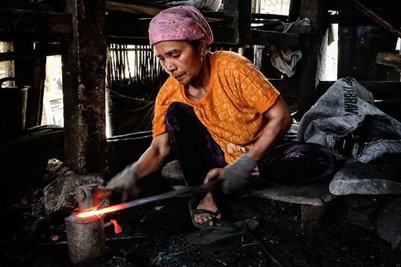 Perempuan Besi. Bagi sebagian orang, menjadi pandai besi mungkin dinilai sebagai pekerjaan kasar dan harus dilakukan oleh kaum lelaki. Untuk melakoninya, dibutuhkan tenaga yang ekstra kuat karena si pengrajin bergelut dengan besi dan palu yang tentu saja tidak ringan. Namun itu tidak berlaku di Dusun Puncak, Desa Gunung Perak, Kecamatan Sinjai Barat, Kabupaten Sinjai , Sulawesi Selatan. Di kampung yang berjarak kurang lebih 50 kilomter dari Kota Sinjai ini, sedikitnya 14 ibu-ibu bekerja sebagai pandai besi. Pekerjaan tersebut dilakoni secara turun-temurun. caption : Upload bersama @instanusantara Instanusantara Inub6843 Roadto4IN Instanusantaramakassar Jelajahsulsel Visitsouthsulawesi INDONESIA Instapinrang Instamakassar