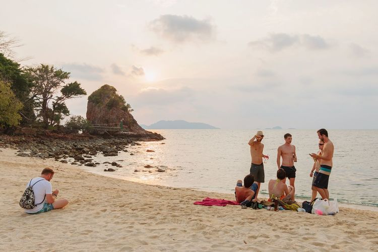 Collected Community Beachtime♥♥ Talking Hanging Out With  Playingphone Sunset Islandlife Rayangisland Kohrayang Trat Battle Of The Cities
