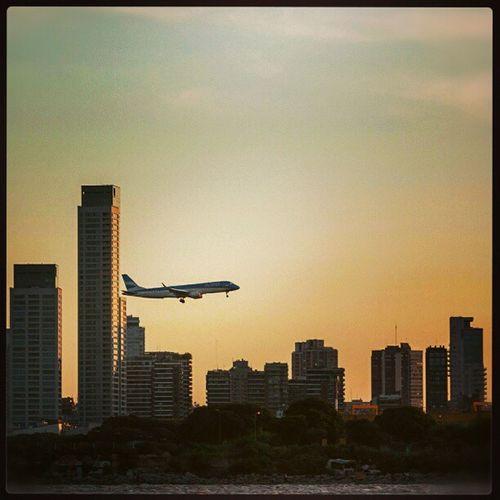 LLegando Avion Austral Buenosaires AEP atardecer skyline airplane landing sunset