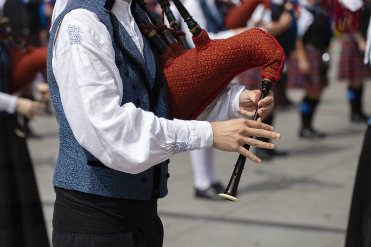 Man playing bagpipe, spanish traditional pipe band Asturias Holiday Man SPAIN Sunny Traditional Clothing Bagpipes Bokeh City Close Up Day Folk Holding Lifestyles Music Musical Instrument Outdoors Performance Pipe Band Playing Real People Standing Street Summer Traditional