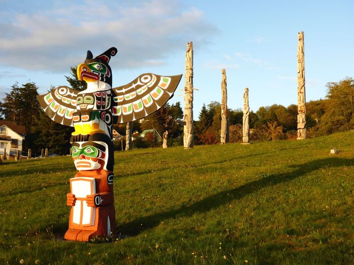 Totempfähle- totem poles West Coast First Nations Indianische Kunst Canadian Indigenous Art British Columbia Cormorant Island Alert Bay Bestattungssitten Burial Rites Colourful Friedhof Namgis Burial Ground First Nation Culture Totempfahl Totem Art Totem Pole