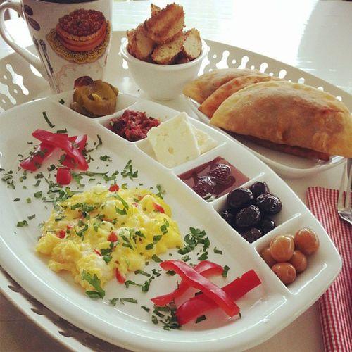 Güzel bir pazar kahvaltı ile başlar ;) Instalike Kahvaltı Huzur Keyf breakfast instagood yanliz olabilirim sallamam kendimi pastalinmutfagi yemekblog