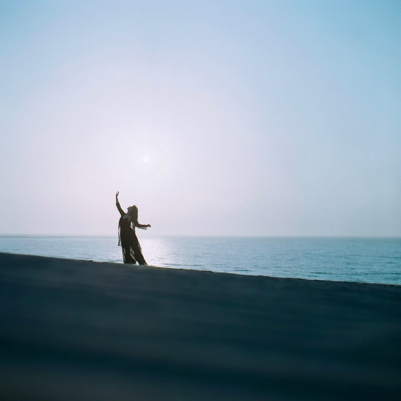 sea, water, horizon over water, beauty in nature, nature, scenics, lifestyles, leisure activity, tranquil scene, sky, real people, silhouette, one person, outdoors, sunset, clear sky, beach, day, people