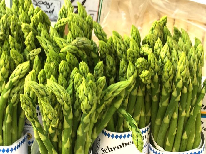 Grüner Spargel aus Schrobenhausen, Green Color Wellbeing Freshness Healthy Eating Food And Drink No People Food Vegetable Organic Market For Sale Large Group Of Objects Market Stall Plant Raw Food