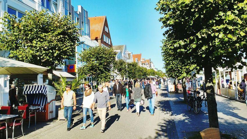 Flanieren Travemünde Lübeck Vorderreihe Leute People Schleswig-Holstein Spaziergang