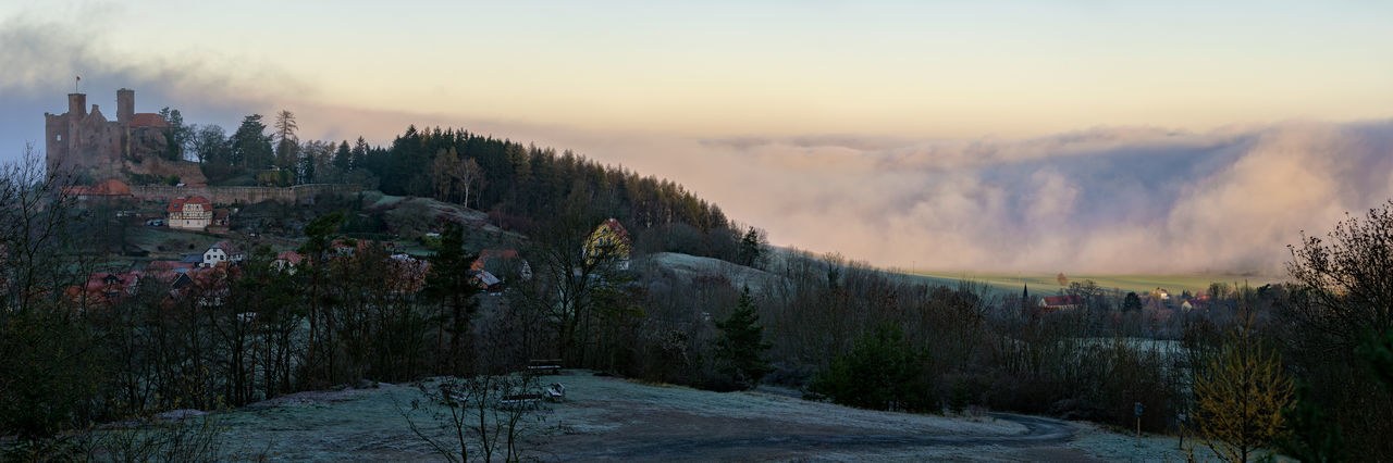 The Fog Rolls In Nebel Nebelwand Burg Burgruine Hanstein Castle Deutschland Foggy Weather Morning Thuringia Wall Of Fog Winter Architecture Building Exterior Built Structure Burg Hanstein Cold Temperature Foggy Morning Hanstein Landscape No People Outdoors Panoramic Ruin Winter
