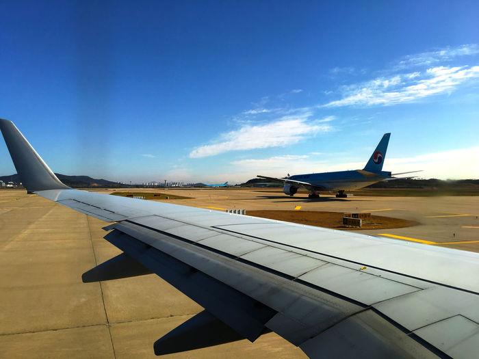 離着陸が混み合って、20分遅れているけれど、飛ばすから大丈夫!みたいな機長のアナウンスが聞こえた気がする。w From An Airplane Window Airport 仁川 国際空港 Good Morning EyeEm Korea Korea 韓国