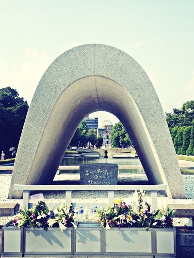 原爆死没者慰霊碑。 平和記念公園