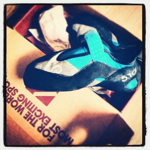 Papa hat ein Paar neue Galoschen. Shoppping how I like it, new shiny Bouldering shoes: @fiveten hiangle