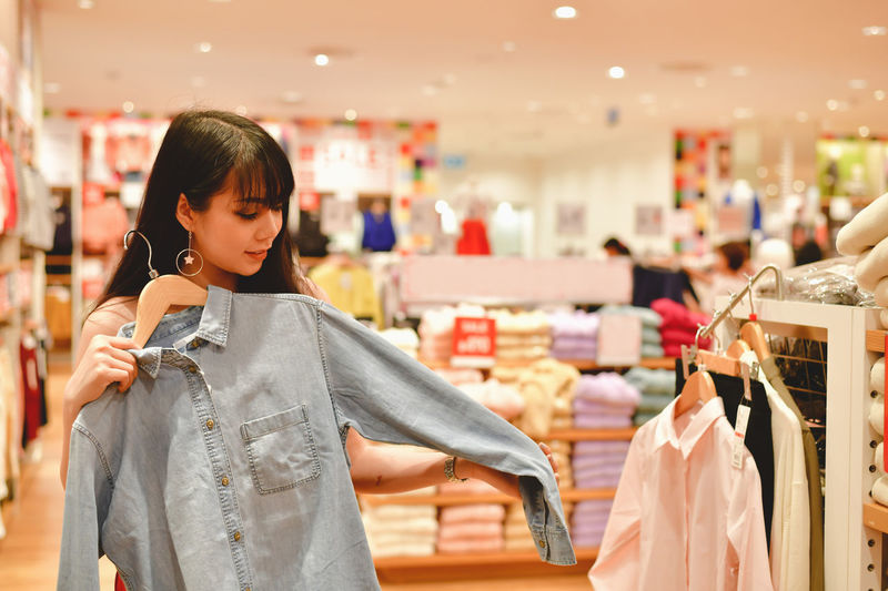 Adult Asian  Await Background Banner Beautiful Beauty Business Buy Casual City Concrete Confident  Department Store Emotion Face Fashion Female Happiness Happy Intelligent Japan Japanese  Life Lifestyle Mall Mobile Online  Pay People Phone Portrait Purchase Relax Relaxation Sale Sell Shop Shopping Shopping Mall Shopping Online Smart Smiling Store Style Trend Trendy Using Woman Young