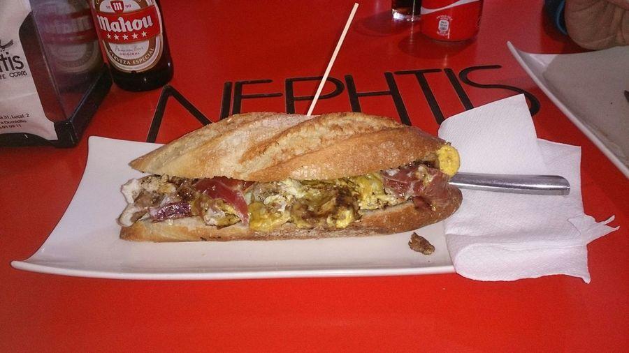 Comiendo un Bocadillo De Huevos Revueltos Con Picadillo en el Bar Neshtis en María De Huerva en Zaragoza