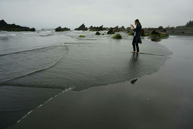 黑洞可以待,記得出來就好。儘管黑洞再怎麼荒涼,只要你/妳在那,我都會去拯救,就算身穿百孔,在所不惜。絢爛光芒永恆蒸發。 That's Me Life Sea Pacific Ocean Yilan, Taiwan Taiwan Rain 走向彼端