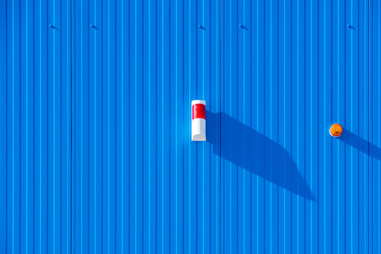 Architecture Protection Light Security Blue Minimal Wall Red Day Minimalism Outdoors Pattern Minimalistic Metal Alarm Corrugated Iron Striped Close-up No People Backgrounds Minimalist Photography  Blue Background Wall - Building Feature Iron White Color Indoors  Sunlight Full Frame Built Structure Technology Corrugated Krull&Krull Minimalistic