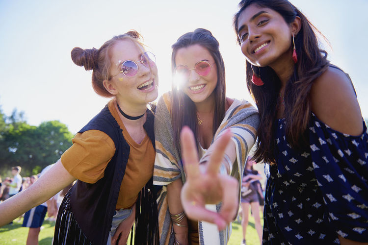 Three People Friendship Peace Festival Summer Summer Festival Women Boho Indian Woman Redhead Brunnette Fun Sunset Sunlight Concert Smiling Looking At Camera Dancing