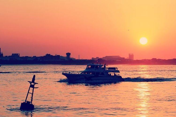 🚢🚤🚣🌞 一個人旅行 戴上耳機 沉靜在只有自己的音樂世界裡 遠離所有生活中討人厭的事 EXIF 相機:Canon 型號:EOS 60D 鏡頭:Canon EF100mm f2.8L Macro IS USM 焦距:100mm 光圈:f/8 快門:1/200s ISO:100 閃光:無 淡水 河岸 暮色 日頭 日 河 船 夕陽 陽光 夕陽西下 夕 夕陽無限好只是近黃昏 夕陽無限好