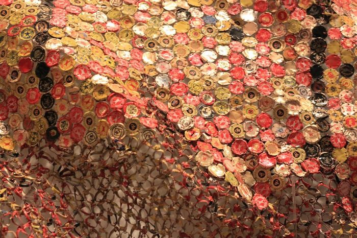 Monumental wall sculpture by El Anatsui, made of liquor bottle tops and copper wire Downtowntoronto ROMToronto Copper  Bottle Bottlecaps Manument Art Art And Craft African Wallsculpture Sculpture Shape Movement Transformation Photography Full Frame Backgrounds Pattern Close-up
