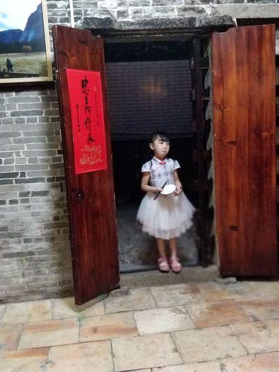 站在大门口的小女孩 家居 民俗 乡村 Child Spirituality Military Full Length Girls Religion Door