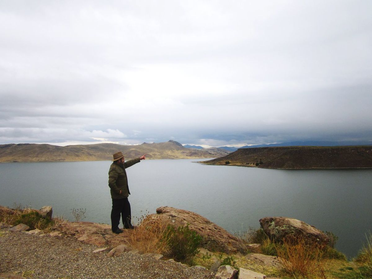 One Person One Man Only Outdoors Sky Nature Water Mountain Day Adult Exploration Walking EyeEm Nature Lover Photograph Horizon Over Water Puno, Perú