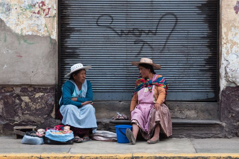 Bolivia Cochabamba Hanging Out Hanging Out With Friends Traditional Clothing Chatting Domestic Life Hat Hawker Selling Selling On The Street Street Street Photography Streetphotography Traditional Clothing Two People Women