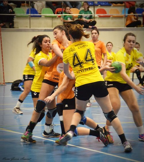 Fotography EyeEm Selects Women Handball Is My Life Handball Fotografie Sports Clothing Friendship Competitive Sport Encouragement Young Women Competition Young Adult People Full Length Teamwork Togetherness Coach Activity Day Athlete Sports Team Sport Adult Fun Indoors