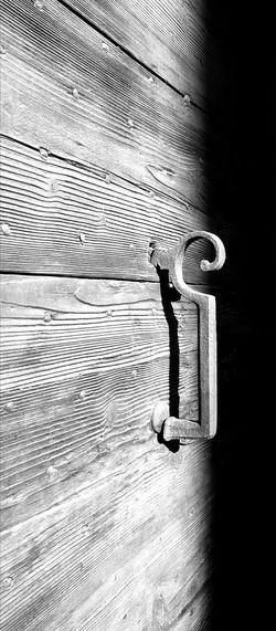 Ambiance Noir Et Blanc Blackandwhite Photography Textures And Surfaces Entre Ombre Et Lumiere Eyemeshot Monochrome Photography Streetphotography Urbain  Urbain  Silouhette Old Porte