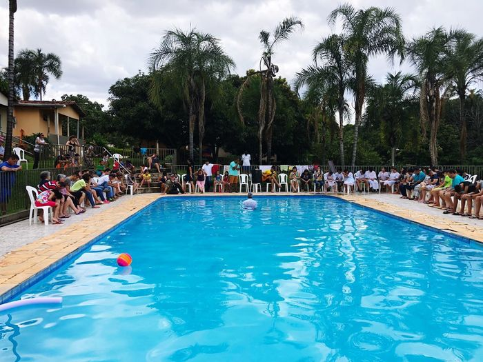 🙏🏻🙏🏻🙏🏻 Water_collection Water Reflections Family Matters Family Time Family❤ Family Pool Swimming Pool Crowd Large Group Of People Tree Group Of People This Is Family Real People Water Nature Lifestyles Holiday Plant Enjoyment