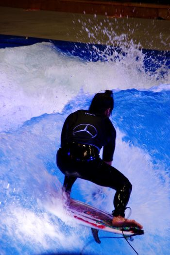 Surfen auf der Boot in Düsseldorf Sport One Person Skill  Adventure Winter Sport Men Leisure Activity Extreme Sports Motion Snow Real People Cold Temperature Winter Full Length Snowboarding One Man Only Speed Frozen Ice Outdoors An Eye For Travel