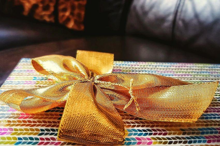 Christmas Gift Samsunggalaxys7edge Smartfonefoto Gold Ribbon Gift Wrapping Bokeh Window Light Close-up Wrapped Gift Still Life Ribbon