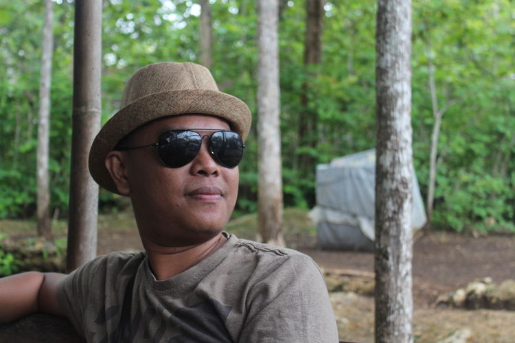 Portrait of man wearing sunglasses in forest