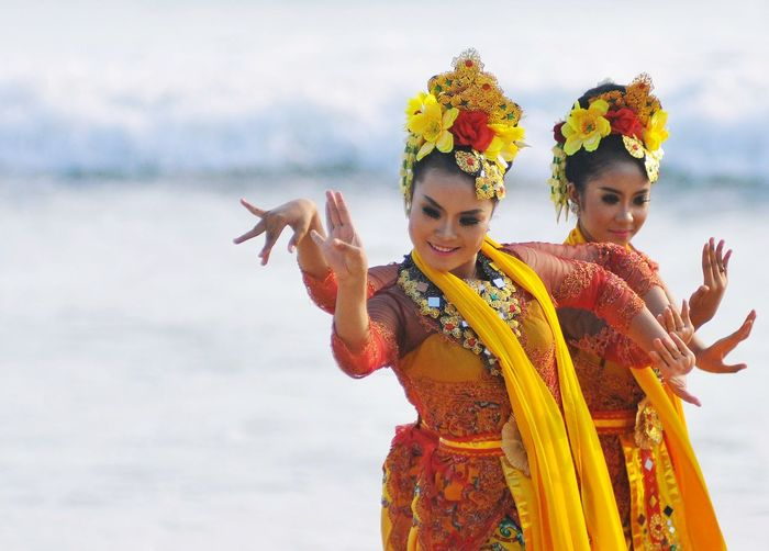 Menari Two People Traditional Clothing People Performance Outdoors Young Women INDONESIA Banyuwangi Jawa Timur Art Nikon