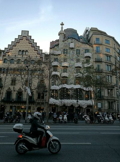 Building Exterior Architecture City Outdoors People Day Sky One Person Adult Street Streetphoto Arquitectura,monumentos Decorationchristmas Decoracionnavideña White Collection Motorcycle Photography MotorcycleGirl