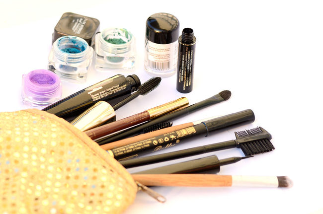 White Background Studio Shot No People Close-up Day Indoors  Brush Make Up Cosmetics Bag Beauty Products Beauty Beauty Products On A White Table Beauty Products Background Make-up Brush Make Up ❤ Beauty Product Cosmetics Background Make-up Backgrounds Beauty Bag Beauty Care Cosmetic Products Brush Cosmetics & Glamour Makeup Cosmetics