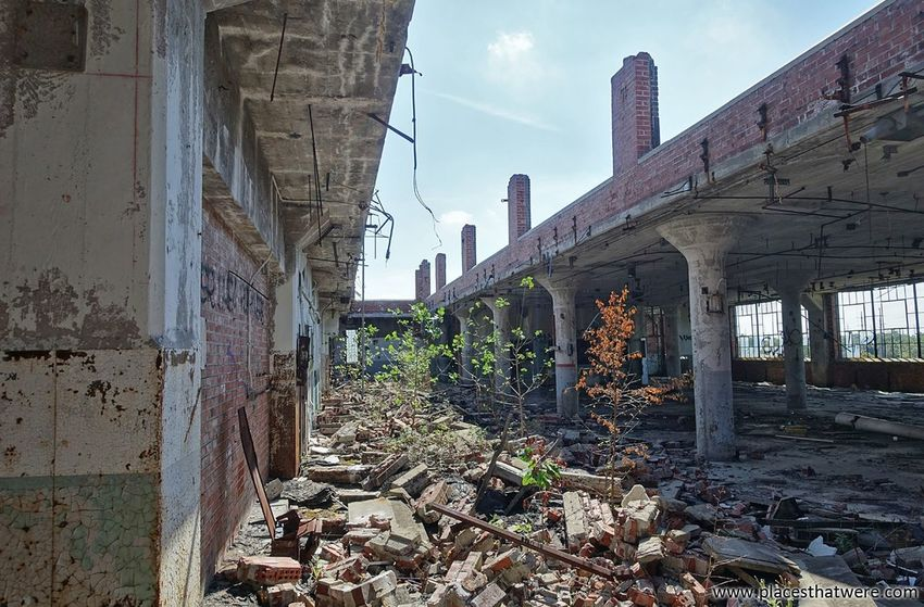 Corridor of ruin. http://www.placesthatwere.com/2017/11/victoreen-instrument-company.html Urban Exploration Ruins Abandoned Factory Roof Cleveland Ohio Abandonedplaces Abandonedfactory Abandonedbuilding Urbex Urbanexploration Brick Eerie Creepy Decay Brick Wall Brick Abandoned Ohio Abandoned Places Architecture Skyscraper City Outdoors No People Sky Day