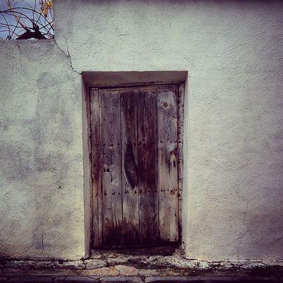 Puerta De Una Casa Del Pueblo De Cedillodelcondado Marron Blanco Samuelada Cedillo Condado