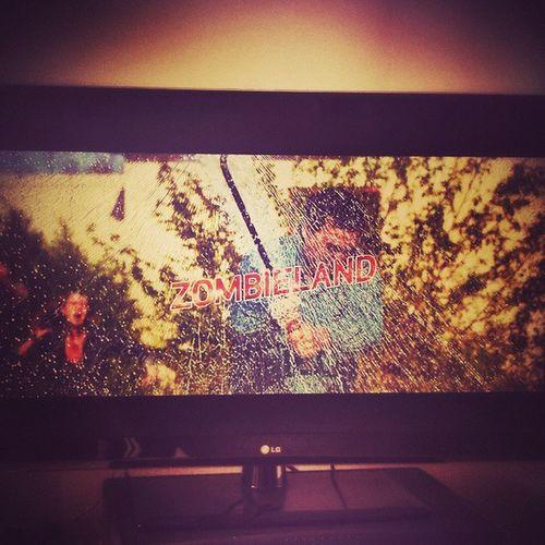 """Pulendo casa con un """"film horror""""... Cleaning home with a """"horror movie""""... BenvenutiAZombieland Zombieland PulendoCasa CleaningHome FilmHorror HorrorMovie"""
