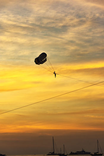 Freisein Sea Sea And Sky Afterglow Sunset Orange Color Orange Sky Cloud - Sky Beauty In Nature Low Angle View Parachute Paragliding Transportation Sport Silhouette Adventure Outdoors Flying Real People Scenics - Nature Parasailing Romantic Sky Romantic❤ Boats 17.62°