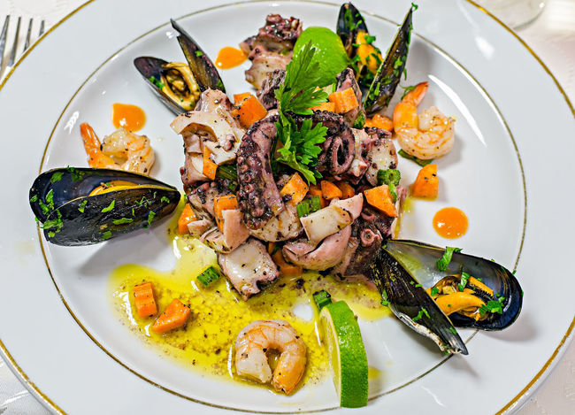 Fresh seafoods and mussels on the plate SEAFOOD🐡 Seafood Food Food Photography Fresh Food Mussels Musselshell Plate Plate Of Food Restaurant