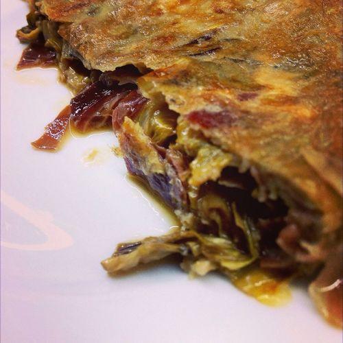 Tortilla. De alcachofas y jamón. Food