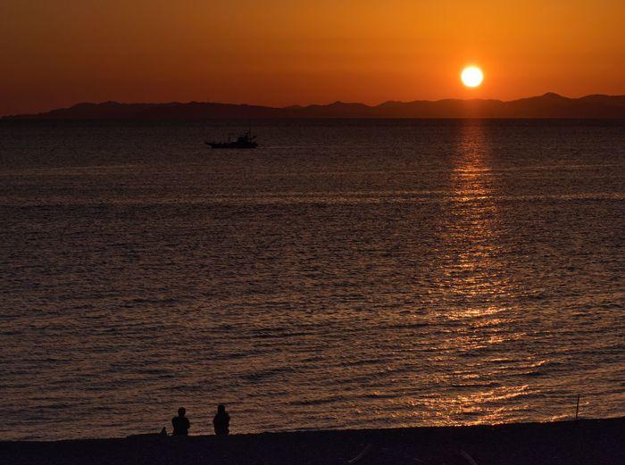 Romantic Sunset. Simple Quiet Love Amazing Shizuoka Japan Shizuoka M.ZUIKO DIGITAL Lumix G9 EyeEm Nature Lover EyeEmNewHere EyeEm Best Shots Beach Sea Scenics - Nature Scenics Outdoors Two People Sky 夕陽 Silhouette Tranquil Scene Tranquility Beauty In Nature Nature Orange Color Sunlight Sunset
