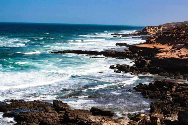 Ozean Sea Water Rock Beauty In Nature Wave Motion Horizon Beach Scenics - Nature Horizon Over Water Sky Sport Land Solid Rock - Object Aquatic Sport Surfing Nature Rock Formation Outdoors Rocky Coastline Power In Nature Breaking Hitting