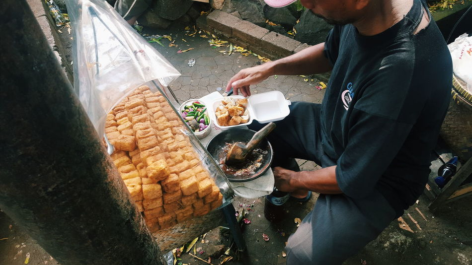 Street Street Photography Street Food Street Vendor Tahu Gejrot Tahugejrot Tofu Show Us Your Takeaway! Up Close Street Photography Telling Stories Differently Street Food Worldwide The Photojournalist - 2016 EyeEm Awards A Bird's Eye View