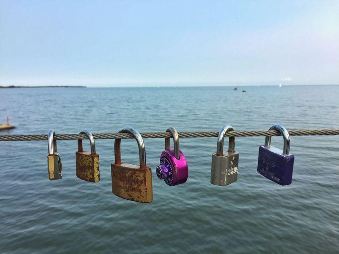 桥上的锁 Padlock Security Lock Safety Hanging Protection Love Love Lock Hope Water Safe Railing Sky Sea Outdoors Luck Clear Sky No People Romantic