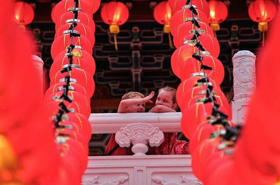 two children were joking while watching the beauty of decorated lanterns at Thean Hou Temple Vscocam VSCO Vscomalaysia Amalaysiaphoto Cny Mshjournal