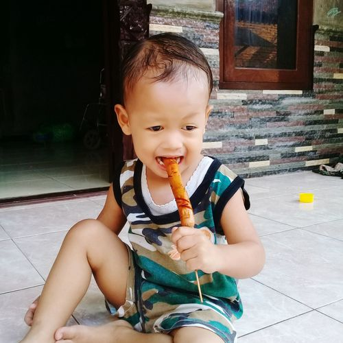 eating sosis bakar Sosisbakar Yummy Enak Gigit EyeEm Selects Portrait Eating Sitting Childhood Cute Holding