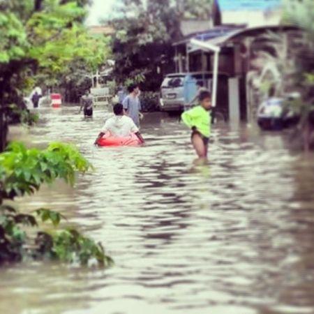 Samarinda banjir di kelurahan loa bakung, ayo pemerintah Samarinda - Kalimantan Timur mana perhatiannya, halo Walikotasamarinda , sampai siang tadi air masih terus naik Banjir Kaltim fikirkan dampak dari banjir, fokus jangan sampai terulang kembali bencana begini