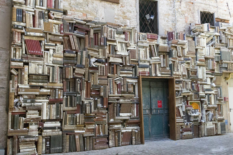 Parete di cultura Books Muro  Abundance Architecture Building Building Exterior Built Structure City Culture Day Door Entrance Large Group Of Objects Libri  No People Order Outdoors Parete Pattern Stack Street Travel Destinations Wall Window Wood - Material