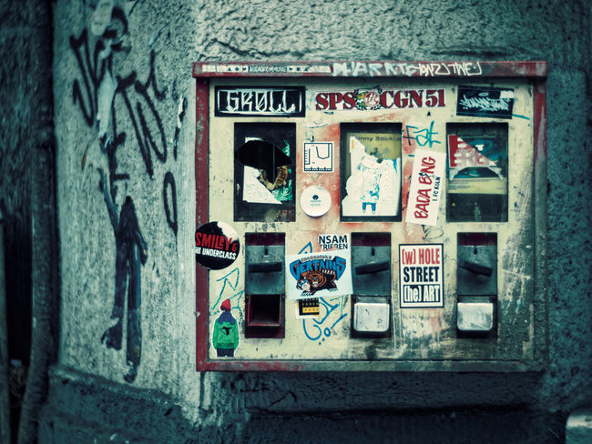 The last chewing gum machine ..... Bubble Gum Built Structure Claudetheen Close-up Old-fashioned Retro Styled Street Streetart Streetphotography Vintage